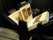 Scan-Roboter, der ein Buch einscannt.
